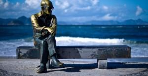 a-estatua-de-bronze-do-poeta-brasileiro-carlos-drummond-de-andrade-na-praia-de-copacabana-no-rio-de-janeiro-21512-1345148716166_956x500