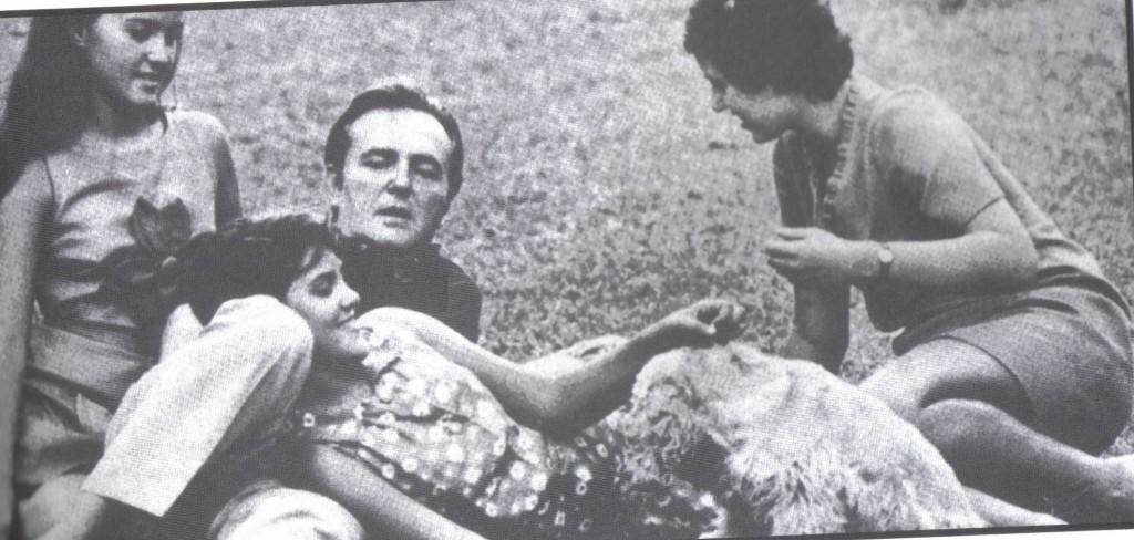 Sérgio Porto com suas três filhas (crédito: livro O melhor do Pasquim, volume 1, editora Desiderata, 2006)