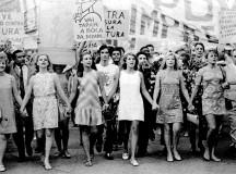 Na foto, artistas como Norma Bengell e Tônia Carrero em passeata contra o regime militar