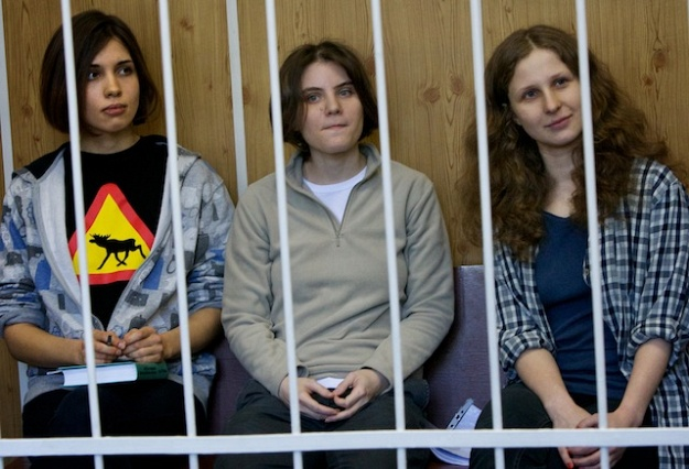 Sem as máscaras, as integrantes da banda Nadezhda Tolokonnikova, Yekaterina Samutsevich e Maria Alyokhina na prisão