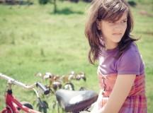 A protagonista Cris (Maria Luíza Tavares), de apenas 12 anos,  é abandonada com seu irmão no acostamento de uma rodovia