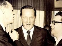O empresário Henning Albert Boilesen (centro) com Delfim Netto (direita), que foi ministro da Fazenda entre 1967 e 1974