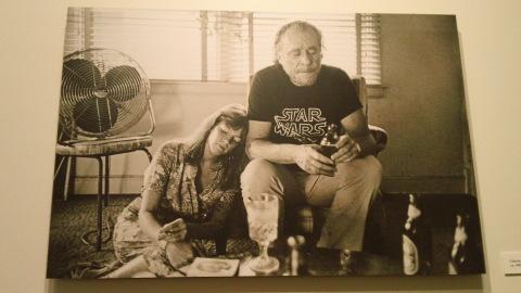 Bukowski, sua esposa Linda e algumas garrafas