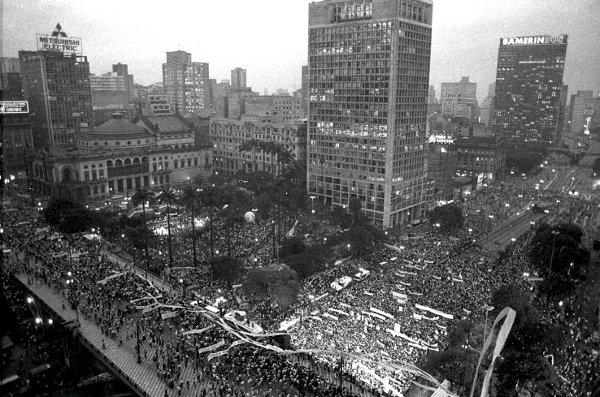 Vale do Anhangabaú lotado em 16 de abril de 1984 ( foto: Matuite Mayezo/Folha Imagem)