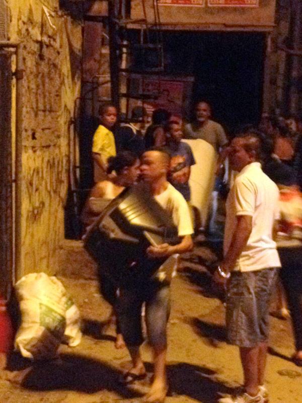 Moradores tentam salvar eletrodomésticos no incêndio (foto: Fernando do Valle)