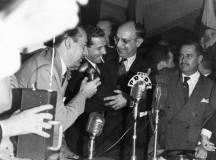 Posse de João Goulart (cigarro na boca) como ministro do Trabalho, Indústria e Comércio (fonte: CPDOC - FGV)