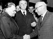 O general Castelo Branco, primeiro presidente da ditadura, cumprimenta Octavio Frias de Oliveira, proprietário da Folha de S.Paulo (fonte: Outras palavras)