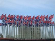 138 bandeiras cubanas em frente à embaixada norte-americana (foto de Otávio de Carvalho)