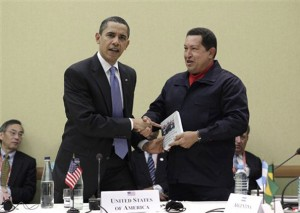 Em 2009, o presidente Hugo Chávez presenteou Barack Obama com um exemplar de As Veias Abertas da América Latina (fonte: Associated Press)