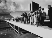 Pessoas passeiam na entrada do Congresso em 1960 (foto de Thomaz Farkas)