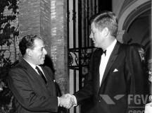Jango cumprimenta um de seus algozes, o janota Kennedy, na Itália, em 1963