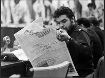 Che Guevara lê jornal nos anos 60
