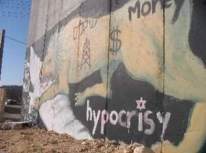 Grafite no muro que Israel está construiu em torno dos palestinos na Cisjordânia (terra palestina que o Estado judeu invadiu há décadas e de lá não saiu)