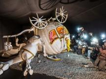 Cinderela sofre acidente na carruagem e é flagrada por paparazzis