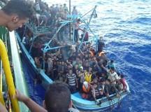 Tripulantes do navio resgatam os refugiados