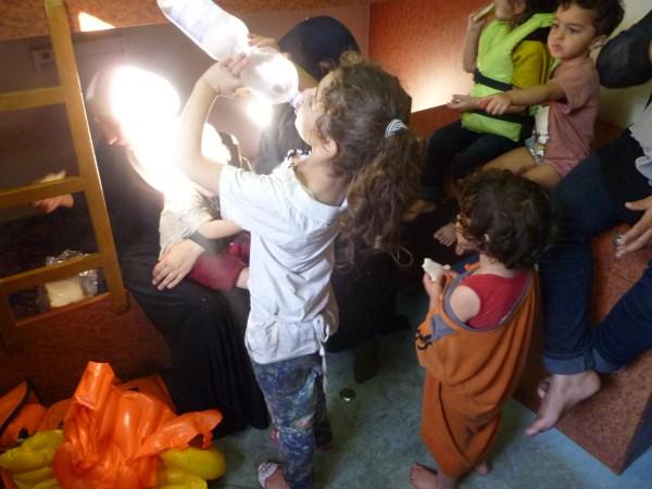 menina refugiada mediterrâneo