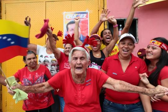 Eleitores do ex-presidente venezuelano Hugo Chávez