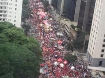 Avenida Paulista lotada de manifestantes contra o impeachment ontem