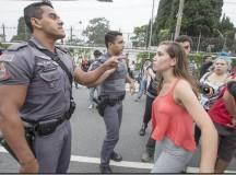 Estudante enfrenta a PM (foto: O Cafezinho)