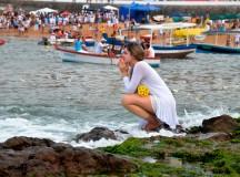 Devota de Iemanjá faz sua prece na praia do Rio Vermelho, em Salvador