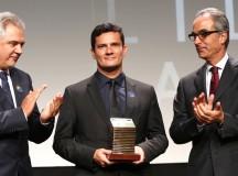 """O juiz Sérgio Moro (centro) recebe prêmio """"Faz Diferença"""" do proprietário da Rede Globo, João Roberto Marinho (direita) em 2014"""