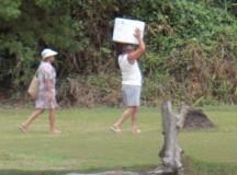 Lula carrega isopor com umas brahmas para beber na praia