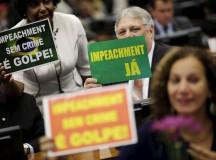 Deputados seguram cartazes no plenário da Câmara dos Deputados (fonte: Reuters)