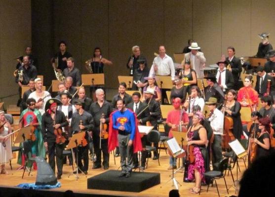 A Orquestra fantasiada de Super Heróis durante o Cine Concerto e para denunciar a grave condição do corpo artístico do TCA (fonte: Adenor Gondim/Divulgação)