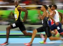 Tricampeão olímpico o jamaicano Usain Bolt sorri ao vencer a semifinal dos 100 metros rasos