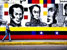 Mulher caminha por rua de Caracas, capital venezuelana