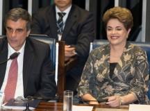 A presidenta afastada Dilma Rousseff e seu advogado de defesa José Eduardo Martins Cardoso ontem no Senado