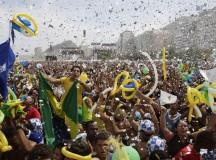 Festa na praia de Copacabana após o anúncio da cidade do Rio de Janeiro como sede das Olimpíadas
