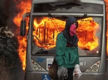 Manifestante diante de ônibus incendiado em Brasília(foto de Joédson Alves daEFE)