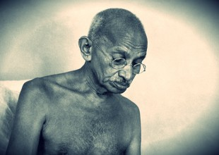 Gandhi era racista? Forçava garotas a dormir nuas com ele?