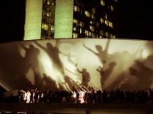 Manifestantes refletidos na cúpula do Congresso em 2013