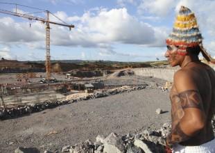 Índio observa o canteiro de obras paralisado da casa de força principal de Belo Monte, durante ocupação indígena, em maio de 2013 (foto de Letícia Leite - ISA)