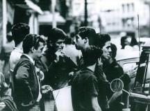 O poeta Roberto Piva (primeiro à direita) em foto de Wesley Duke Lee