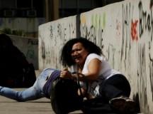 Moradores deitam em passarela durante tiroteio na Rocinha (foto de Gabriel Paiva)