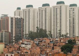 Favela do Paraisópolis com prédios de alto padrão ao fundo no bairro do Morumbi, em São Paulo